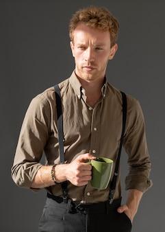 Modell hält tasse kaffee