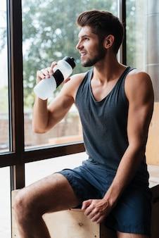 Modell im fitnessstudio