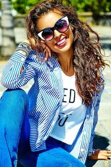 Modell im sommer hipster kleidung posiert auf der straße