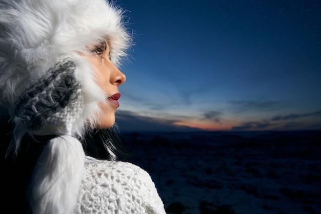 Modell im weißen winterhut
