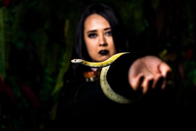 Modell in der probe mit schlange im fotostudio
