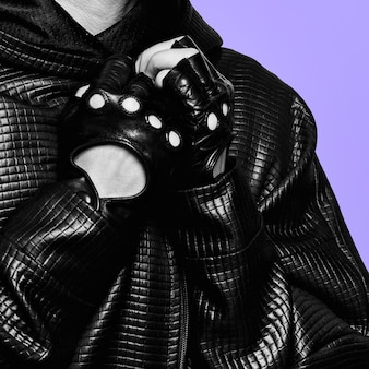 Modell in schwarzem mantel und lederhandschuhen modetrend der saison