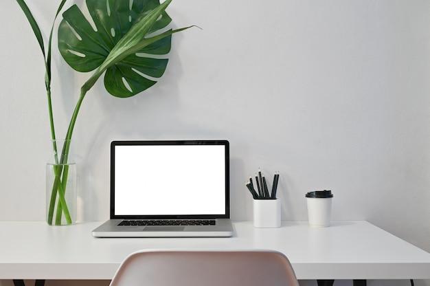 Modell-laptop-computer, kaffee, bleistift und betriebsdekoration mit arbeitsplatzcomputer.