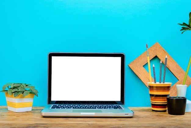 Modell-laptop mit dekorativem website-designer-briefpapier.