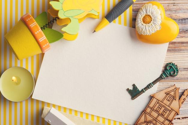 Modell, leere papieranmerkung über das gelb gestreift