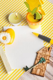 Modell, leere papieranmerkung über gelben gestreiften hintergrund