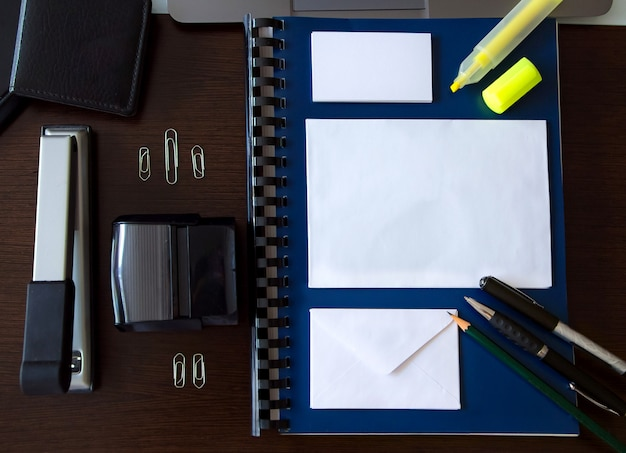 Modell mit bürogegenständen auf einem schreibtisch mit raum zum schreiben
