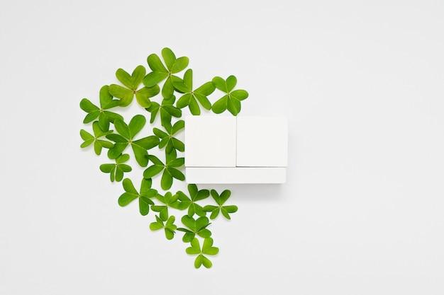 Modell mit datumsblockkalender im grünen herzen