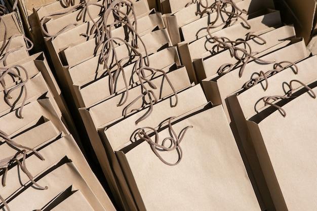 Modell mit einem set leerer geschenktüten aus bastelpapier, die darauf warten, während der veranstaltung präsentiert zu werden
