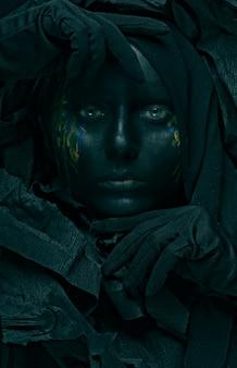Modell mit schwarzem gesicht.