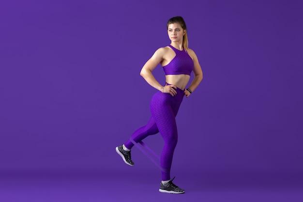 Modell mit sportlicher passform mit gummizügen