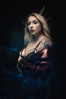 Modell mit tattoo in schwarzer spitze bh.