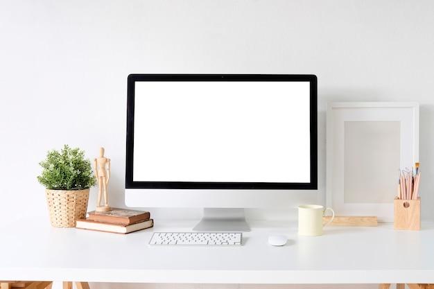 Modell-pc-computer auf weißen tabellen- und designerbüromaterial auf schreibtisch mit arbeitsplatz.