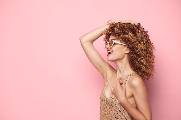 Modell seitenansicht des berührens von haaren auf dem kopf charm nahaufnahme kopierraum