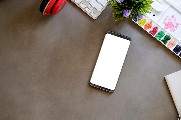 Modell smartphone mit leeren bildschirm am arbeitsplatz.