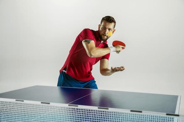 Modell spielt tischtennis. konzept der freizeitaktivität, sport, menschliche emotionen im gameplay, gesunder lebensstil, bewegung, aktion, bewegung.