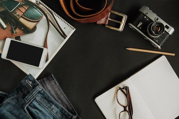 Modell touristenset, jeans, strap, kamera, brille, scratchpad und smartphone