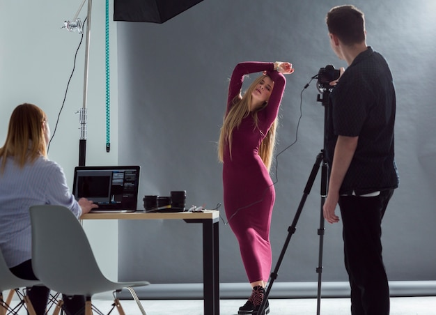 Modell und fotograf, die zum fotoshooting fertig werden