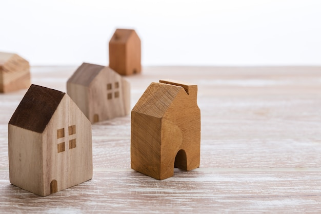 Modell von häusern auf hölzernem hintergrund