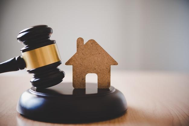 Modell von haus und hammer. hausauktion immobilienrecht konzept.