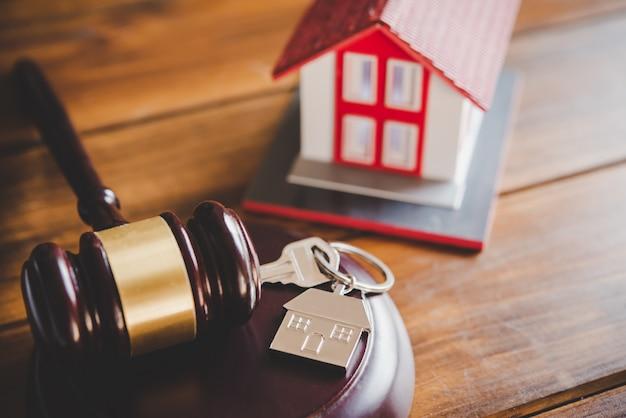 Modell von haus und hammer. hausauktion immobilienrechtskonzept.