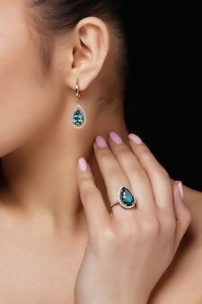 Modell zeigt Ohrringe und Ring mit schönen blauen Edelsteinen