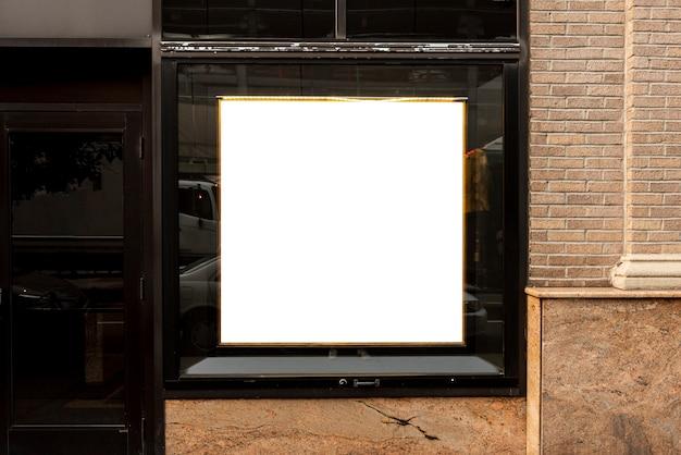 Modellanschlagtafel auf einem gebäudefenster