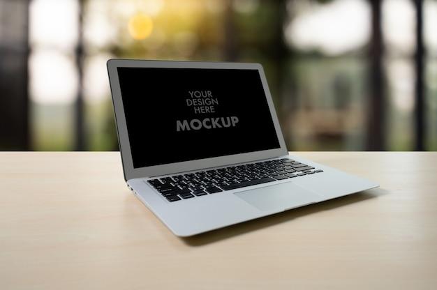 Modellbild des geschäfts-laptops mit leerem bildschirm