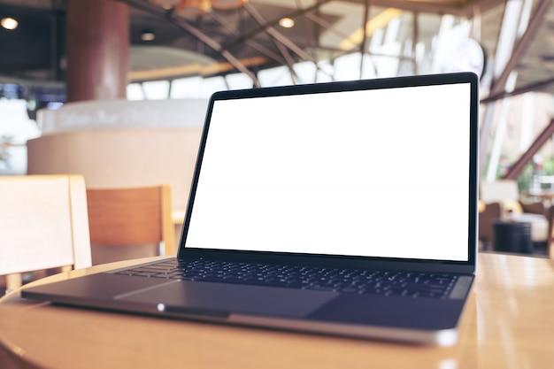 Modellbild des laptops mit leerem weißen desktop-bildschirm