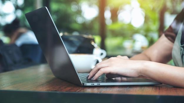 Modellbild einer frau, die auf laptop verwendet und tippt