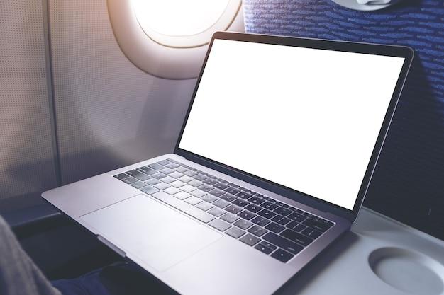 Modellbild eines laptop-computers mit leerem weißem desktop-bildschirm in der kabine