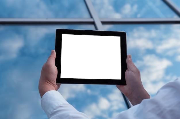 Modellbild eines mannes, der schwarze tablette in der hand mit leerem weißen bildschirm hält