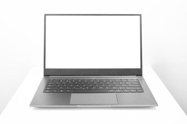 Modellbild eines offenen laptop-computers mit weißem leerem bildschirm laptop mit leerem bildschirm auf weiß
