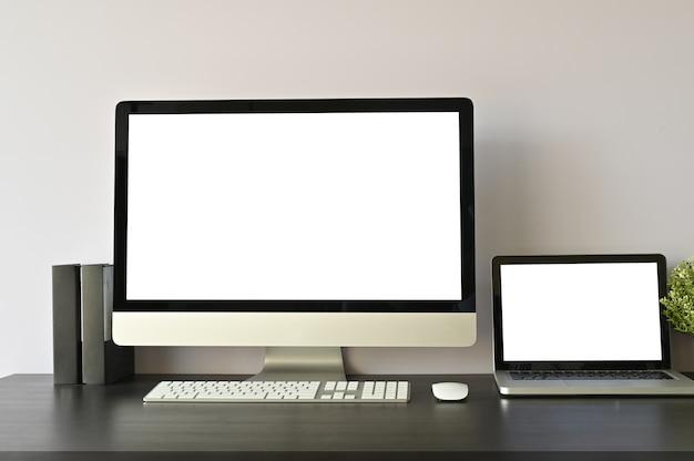 Modellcomputer-pc und -laptop auf arbeitsplatz.