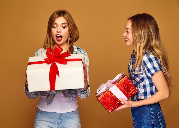 Modelle mit großen geschenkboxen posieren