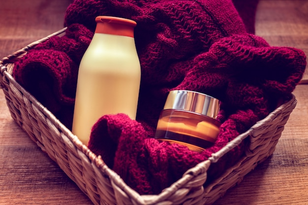 Modelle von flaschen mit körpercreme und shampoo auf einem pullover
