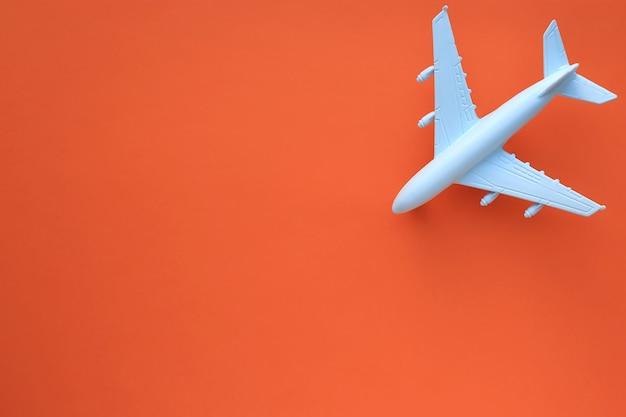 Modellflugzeug auf einer orangefarbenen oberfläche