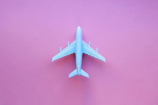Modellflugzeug auf einer rosa oberfläche
