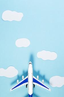 Modellflugzeug, flugzeug auf blauem pastellfarbhintergrund. sommerreise- oder urlaubskonzept