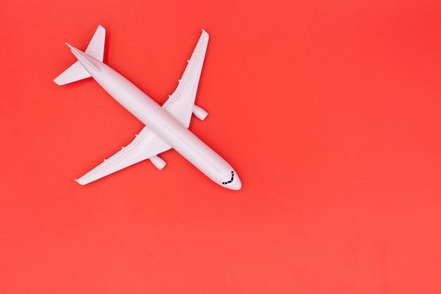 Modellflugzeug, flugzeug auf pastellfarbenem hintergrund