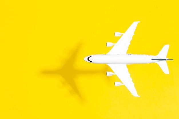 Modellflugzeug im flug auf einem leeren farbigen hintergrund. reisen sie minimalen hintergrund. speicherplatz kopieren