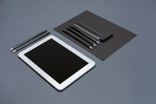 Modellgeschäftsmarkenschablone auf grauem hintergrundsatz des schwarzen briefpapiers