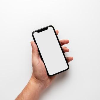 Modellhand, die telefon hält