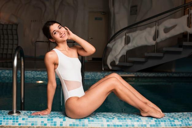 Modellieren sie am badekurort, der nahe bei pool aufwirft