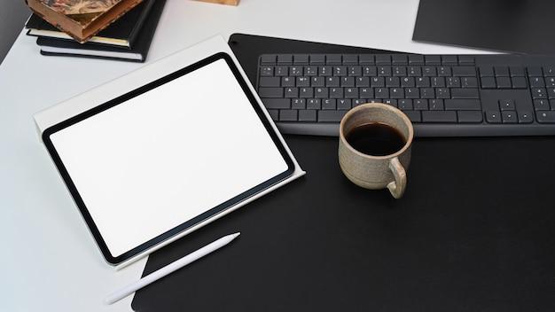 Modellieren sie ein digitales tablet und einen stylus-stift am designer-arbeitsplatz.