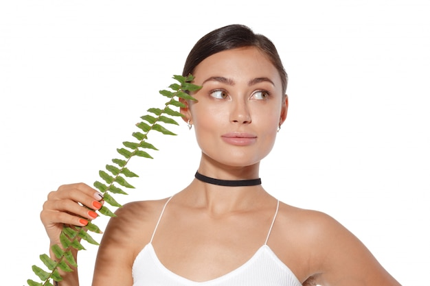 Modellieren sie mit natürlichem bilden und das grüne blatt, das auf weiß lokalisiert wird. spa und wellness.