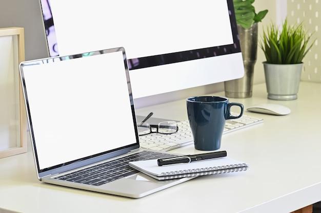 Modelllaptop-computer auf arbeitsplatz mit seitenansichtschuß.