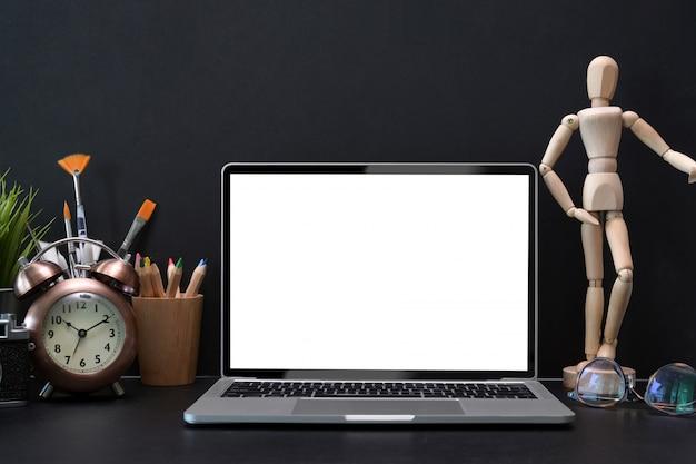 Modelllaptop mit weißem leerem bildschirm auf designerarbeitsplatz