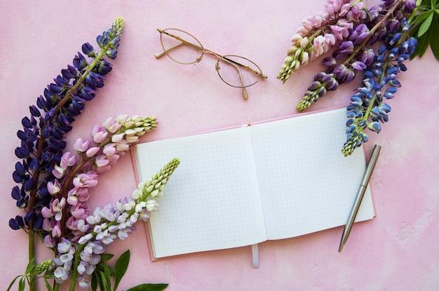 Modellnotizbuch mit lupineblumen