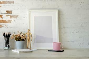 Modellplakat mit Home-Office-Zubehör auf weißem Schreibtisch